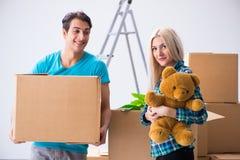 Den unga familjinflyttningen till den nya lägenheten Fotografering för Bildbyråer