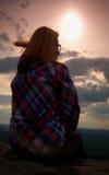Den unga flickafotvandraren för blont hår tar en vila på maximumet av berget Arkivbilder