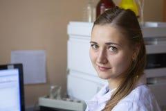 Den unga forskaren arbetar i modern biologisk labb royaltyfri foto
