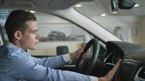 Den unga grabben kontrollerar en lyxig bil från inre arkivfilmer