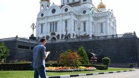Den unga grabben tar bilden av templet på telefonen arkivfilmer