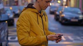 Den unga grabben tar en påringning och skriver ett textmeddelande lager videofilmer