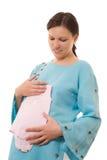 Den unga gravid kvinna plattforer och klappar buken Arkivbilder