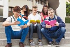 den unga gruppen av studenter studerar tillsammans Arkivbild