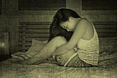 Den unga gulliga asiatiska kinesiska kvinnan på hennes 20-tal som lider period, smärtar Arkivfoton