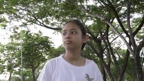 Den unga gulliga flickan som går på banan parkerar offentligt lager videofilmer