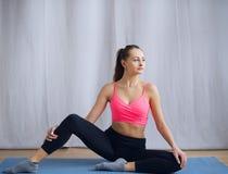 Den unga gymnasten utför en uppvärmning för övning Arkivfoton