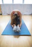 Den unga gymnasten utför en uppvärmning för övning Arkivbilder