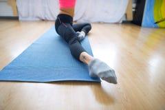Den unga gymnasten utför en uppvärmning för övning Arkivbild