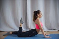 Den unga gymnasten utför en uppvärmning för övning Royaltyfria Bilder