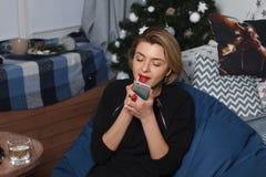 Den unga härliga affärskvinnan gör selfie på din telefon mot en vit vägg Royaltyfri Fotografi