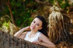 Den unga härliga asiatiska bruden under palmträdet på ett tropiskt är Royaltyfri Bild