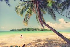 Den unga härliga asiatiska flickan i bikini tycker om sommarferier på den tropiska paradisstranden Sommarsemester och livsstilbeg Royaltyfri Foto