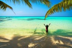 Den unga härliga asiatiska flickan i bikini tycker om sommarferier på den tropiska paradisstranden Sommarsemester och livsstilbeg Royaltyfria Foton