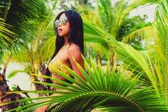 Den unga härliga asiatiska flickan i bikini tycker om sommarferier på den tropiska stranden Sommarsemester och livsstilbegrepp Royaltyfri Foto
