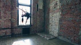 Den unga härliga ballerina poserar på tappningstudion lager videofilmer