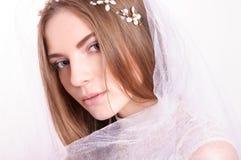 Den unga härliga blonda fästmöståenden med vit skyler Royaltyfri Foto
