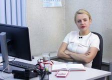 Den unga härliga blonda flickan arbetar i kontorsnärbilden Arkivfoto