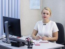 Den unga härliga blonda flickan arbetar i kontorsnärbilden Royaltyfria Foton