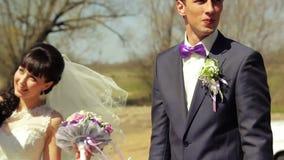 Den unga härliga den parbruden och brudgummen har gyckel arkivfilmer