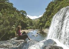 Den unga härliga europeiska turist- flickan som sitter på, vaggar på bagarens nedgångar i Horton'sens slättnationalparken arkivfoton