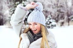 Den unga härliga flickan, fotograferas i den kalla vintern parkerar in Arkivfoton