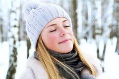 Den unga härliga flickan, fotograferas i den kalla vintern parkerar in Royaltyfria Bilder