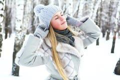 Den unga härliga flickan, fotograferas i den kalla vintern parkerar in Fotografering för Bildbyråer