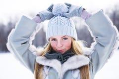 Den unga härliga flickan, fotograferas i den kalla vintern parkerar in Arkivbilder