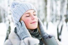 Den unga härliga flickan, fotograferas i den kalla vintern parkerar in Royaltyfri Foto