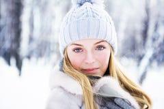 Den unga härliga flickan, fotograferas i den kalla vintern parkerar in Royaltyfri Bild
