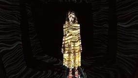 Den unga härliga flickan i mång--färgade geometriska linjer står nära övre lager videofilmer