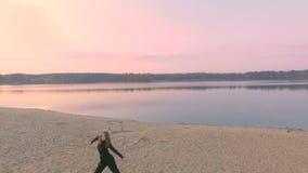 Den unga härliga flickan i svart beklär dans, på flodstranden, konturn lager videofilmer
