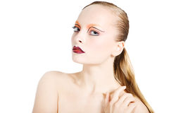 Den unga härliga flickan med ideal ren hud, blåa ögon och ett härligt smink. Stående Royaltyfri Bild