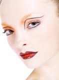 Den unga härliga flickan med ideal ren hud, blåa ögon och ett härligt smink. Stående Royaltyfria Foton