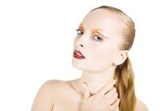 Den unga härliga flickan med ideal ren hud, blåa ögon och ett härligt smink. Stående Arkivfoto