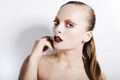 Den unga härliga flickan med ideal ren hud, blåa ögon och ett härligt smink. Stående Royaltyfria Bilder