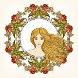 Den unga härliga flickan med långt hår i rich dekorerade blom- klappar Royaltyfri Bild