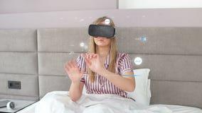 Den unga härliga flickan med nöje använder huvud-monterad skärm lager videofilmer