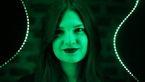 Den unga härliga flickan på det gröna neonet markerade spegelbakgrund Kanter för stil för nattklubbneonmode svart-röda stock video