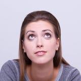 Den unga härliga flickan ser upp arkivfoton
