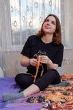 Den unga härliga flickan utbildar hemma Royaltyfri Bild