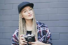 Den unga härliga kvinnafotografen rymmer kameran Royaltyfri Bild