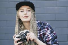 Den unga härliga kvinnafotografen rymmer kameran Arkivbild