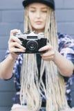 Den unga härliga kvinnafotografen tar ett foto Royaltyfri Fotografi