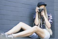 Den unga härliga kvinnafotografen tar ett foto Arkivbilder