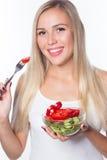 Den unga härliga kvinnan äter grönsaksallad äta som är sunt Att att vara i form Royaltyfri Foto