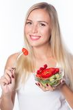 Den unga härliga kvinnan äter grönsaksallad äta som är sunt Att att vara i form Royaltyfri Fotografi