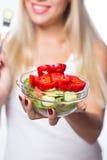Den unga härliga kvinnan äter grönsaksallad äta som är sunt Att att vara i form Fotografering för Bildbyråer