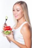 Den unga härliga kvinnan äter grönsaksallad äta som är sunt Att att vara i form Arkivfoton